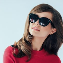 vrouw met retro zonnebril
