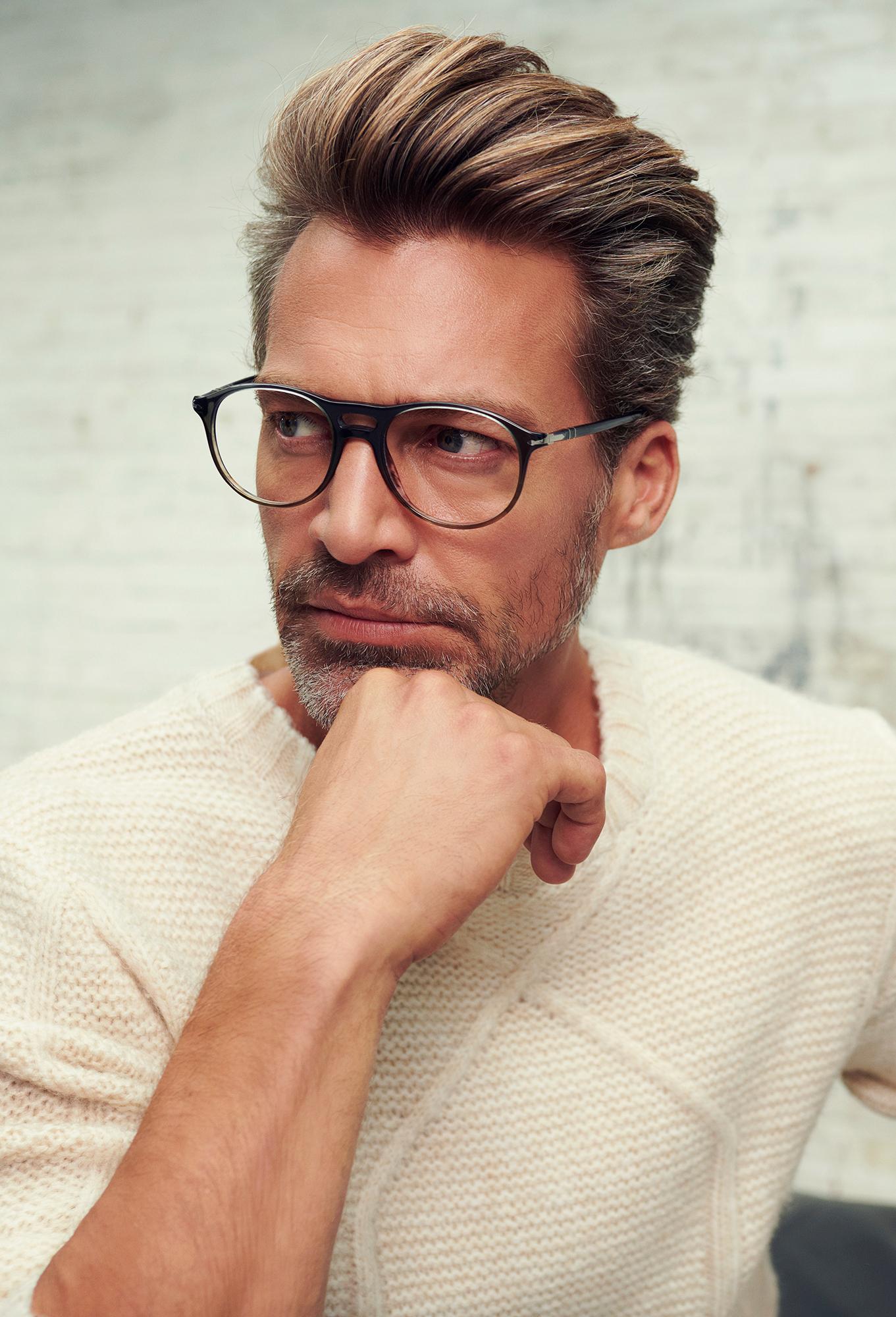 Man met Persol bril
