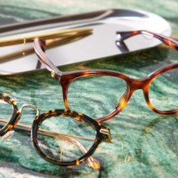 Brillendieindemodezijnliggenoptafel