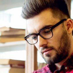 Man met bril kijkt naar beneden