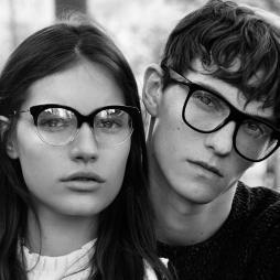 Vrouw en man dragen brilmonturen van het merk Sandro
