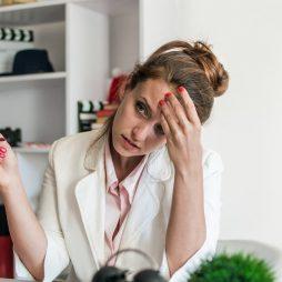 Vrouw krijgt hoofdpijn nadat ze een bril heeft gedragen
