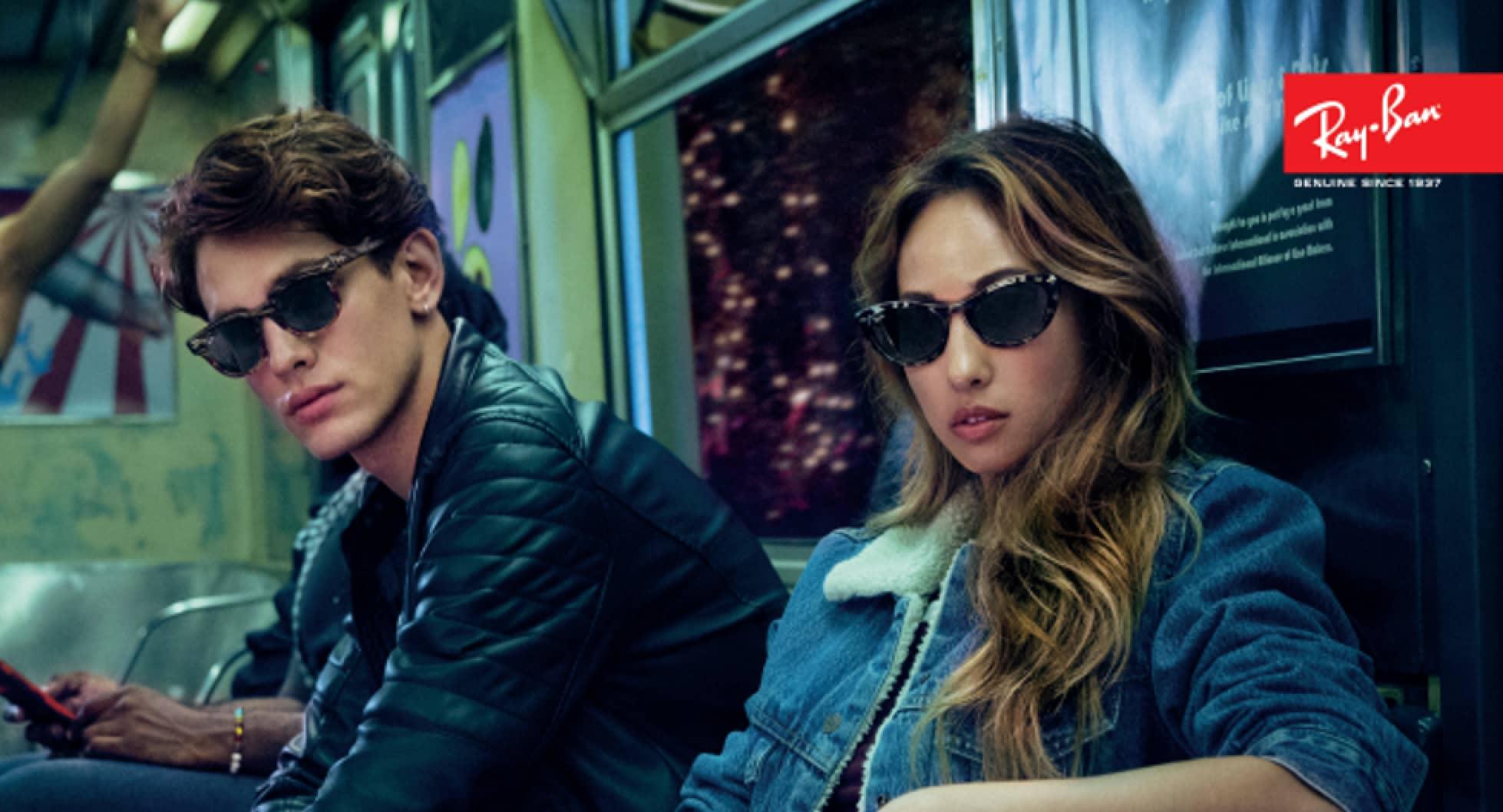 Man en vrouw dragen Ray-Ban zonnebrillen