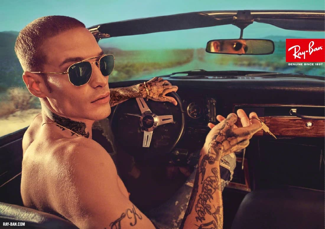 Man rijdt auto en draagt Ray-Ban Aviator zonnebril