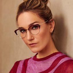 Vrouw draagt bril uit de rebel attitude brillentrend